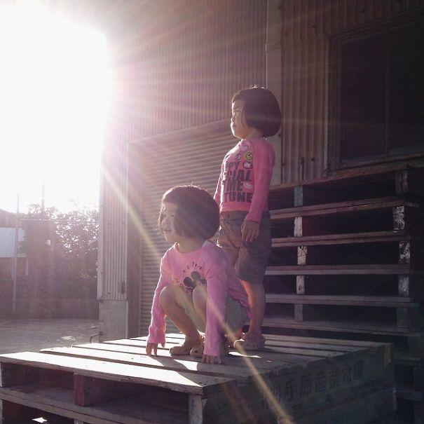 ------------------------------------childhood-twin-sisters-family-pictures-sunmoooon-akira-oozawa-21  605