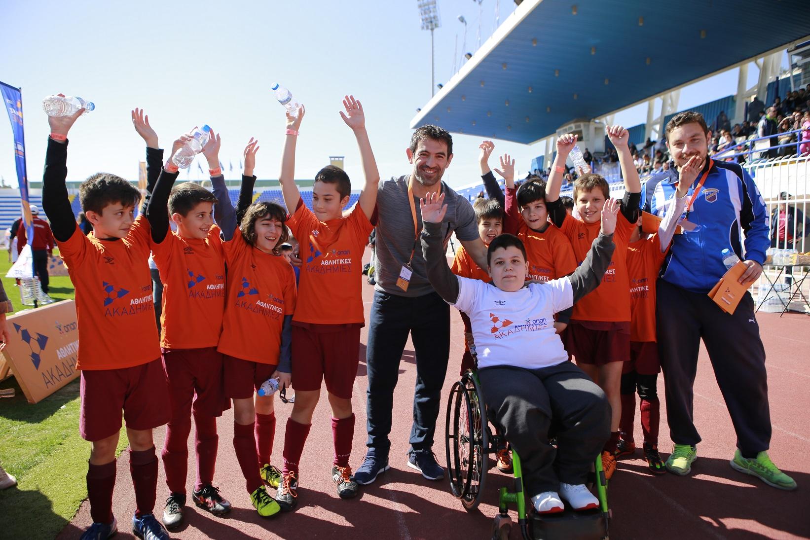 Ο Γ. Καραγκούνης με παιδιά από τις Αθλητικές Ακαδημίες ΟΠΑΠ 3