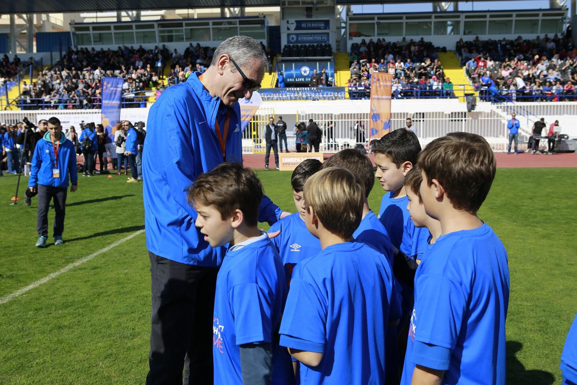 O κ. Κ. Ζίγκλερ Πρόεδρος και Διευθύνων Σύμβουλος της ΟΠΑΠ μαζί με μικρούς αθλητές των ακαδημιών 3