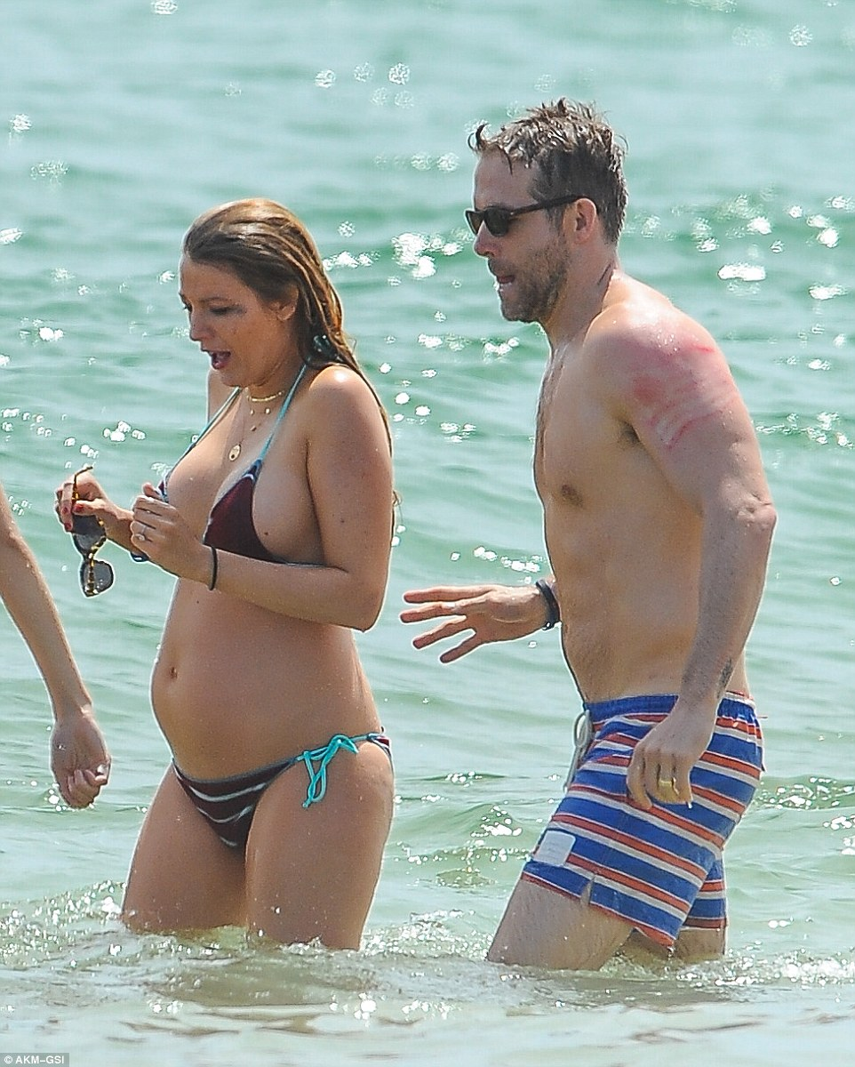 35ECE93500000578 3672966 Life s a beach Blake Lively put her growing bump on full display a 68 1467617181856