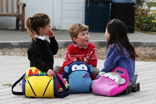 c677418e74 Η κατάλληλη τσάντα είναι αυτή που φοριέται στην πλάτη. Φρόντισε να έχει  ιμάντες με «μαξιλαράκια» που θα μοιράζουν εξίσου το βάρος στη ράχη.