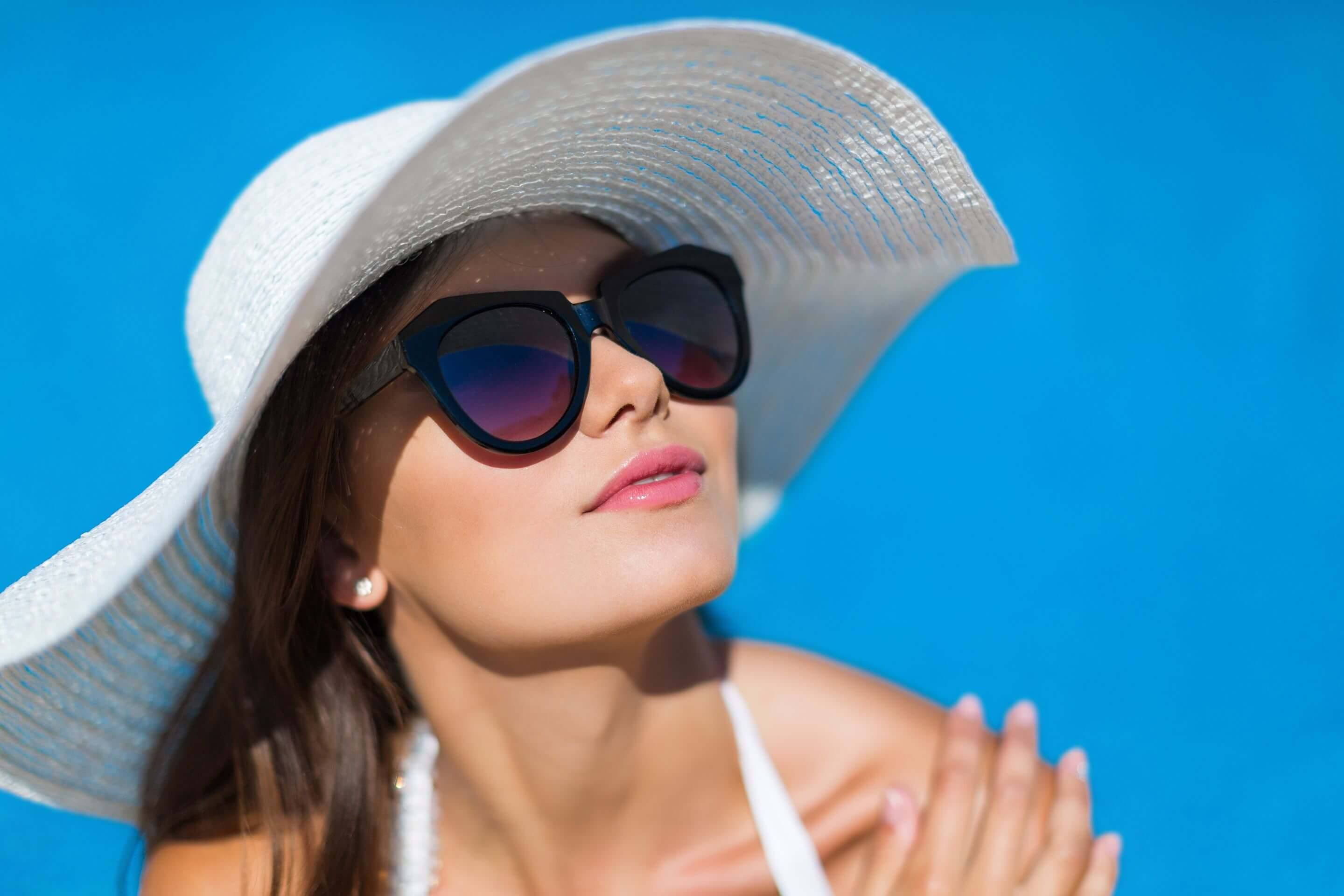 woman wearing sunglasses and hat SU
