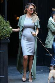 Μόδα εγκυμοσύνης  Η Chrissy Teigen μάς δίνει ιδέες για άψογο στυλ ... ca541d71290