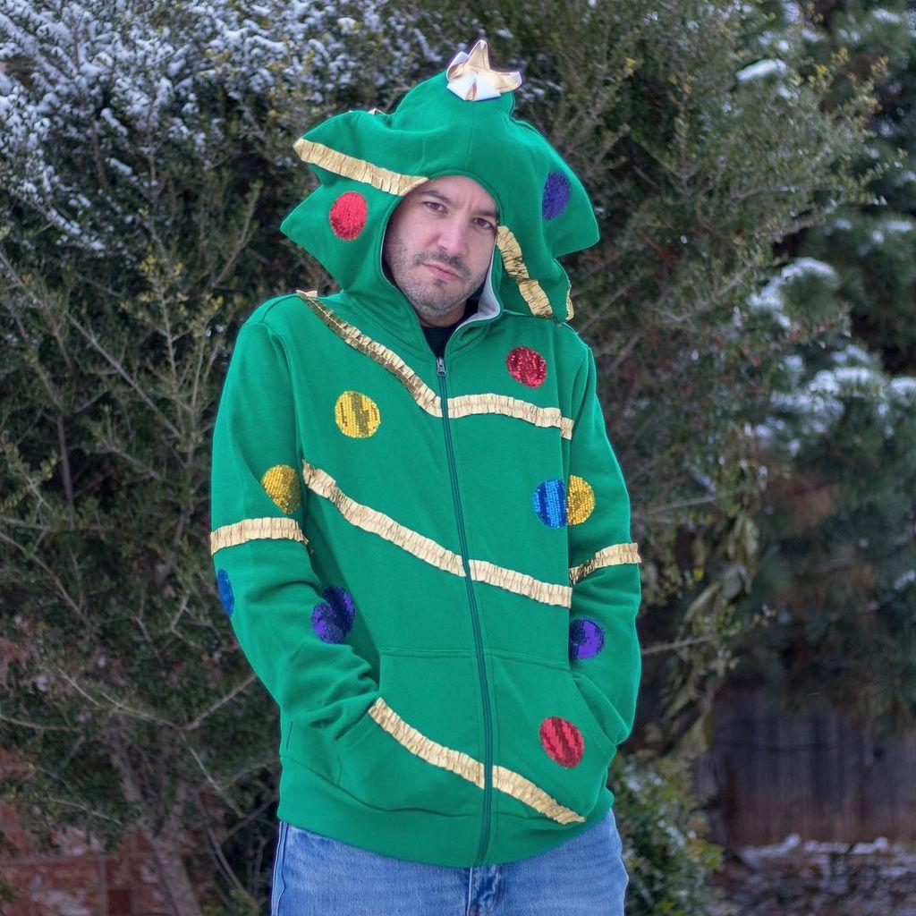 e3f4e427d4c1 Πόζαρε φορώντας τα πιο αστεία χριστουγεννιάτικα ρούχα που έχετε δει ...