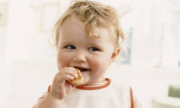 Κίνδυνος να πνιγούν τα παιδιά σας; Ποια φαγητά πρέπει να αποφεύγετε