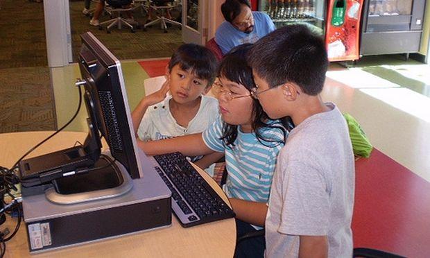 Είναι πιο έξυπνα τα παιδιά που μαθαίνουν από μικρά δύο γλώσσες;