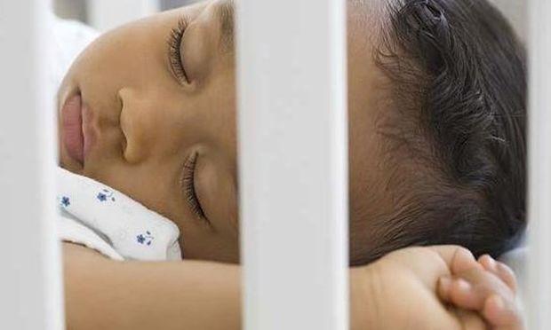 Πώς να πείσετε το μωρό να κοιμηθεί στην κούνια του;
