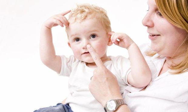 Βοηθήστε τα παιδιά σας να επικοινωνήσουν κάνοντας νοήματα