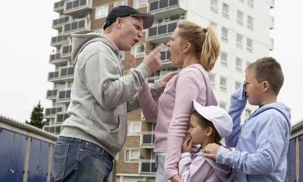 Όταν ο μπαμπάς μαλώνει το παιδί, η μαμά… σιωπά!
