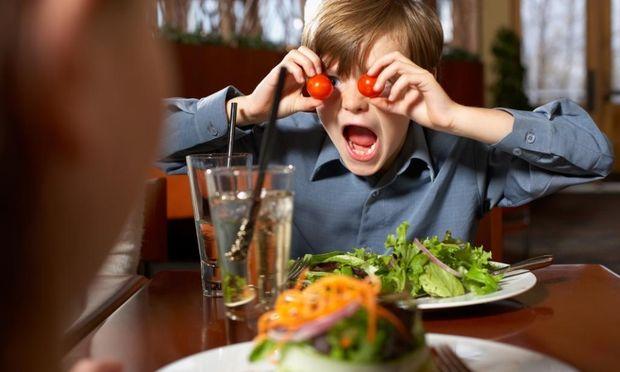 Πώς να κρατάτε απασχολημένο το παιδί σας σε ένα εστιατόριο