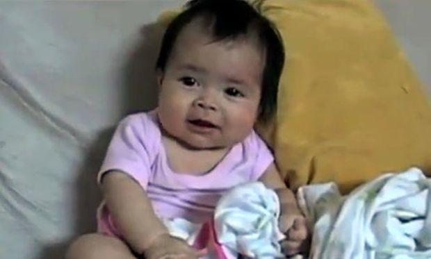 Αστείο βίντεο: Μόλις λίγων μηνών κοριτσάκι πιάνει ψιλή κουβεντούλα με τον μπαμπά της!