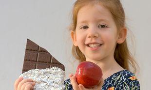 Πώς να πείσω το παιδί μου να μην τρώει σοκολάτες και γαριδάκια;
