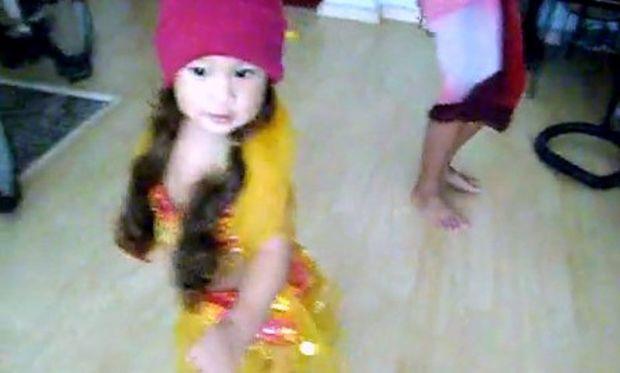 Video: 15 μηνών κοριτσάκι χορεύει τον χορό της κοιλιάς!