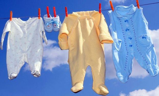 Γιατί δεν πρέπει να πλένουμε τα ρούχα του μωρού μας με το δικό μας απορρυπαντικό;