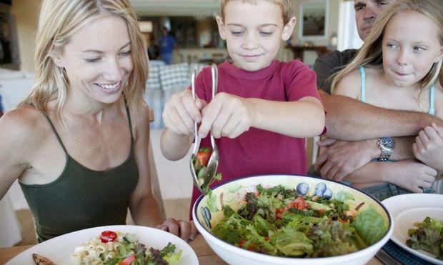 Πώς θα μάθω το παιδί μου να τρώει σαλάτα;