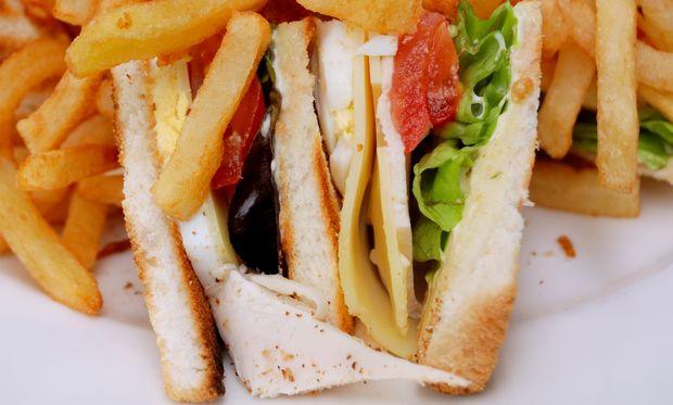 Λαχταριστό κλαμπ σάντουιτς με ελιές, κοτόπουλο και λαχανικά