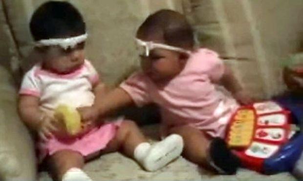 Δύο μωρά τσακώνονται για τα παιχνίδια τους και γίνεται ένας μικρός χαμός! (video)