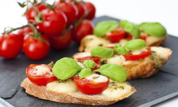 Υγιεινό σνακ: Κρουτόν με τομάτα και μοτσαρέλα
