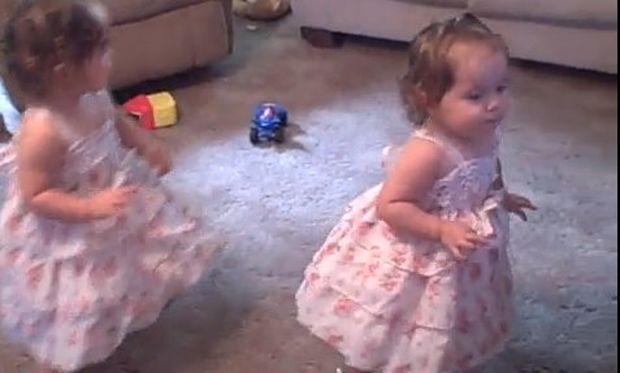 Αστείο βίντεο: Τα δίδυμα κοριτσάκια και ο ξέφρενος χορός τους!