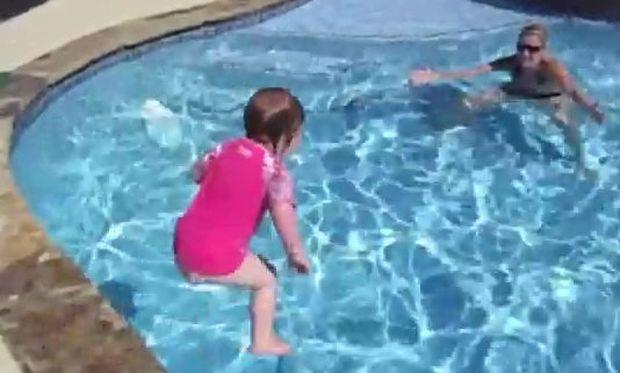 Βίντεο: 21 μηνών κολυμβήτρια!