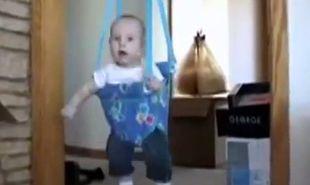 Αστείο βίντεο: Μωρό δεν ξέρει αν θέλει να παίξει ή να κοιμηθεί!