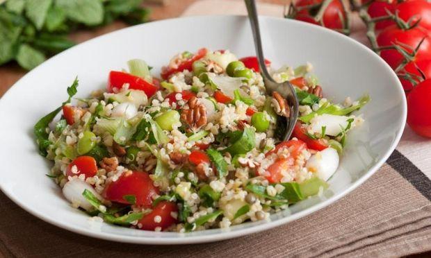 Νόστιμη θρεπτική σαλάτα με κους κους