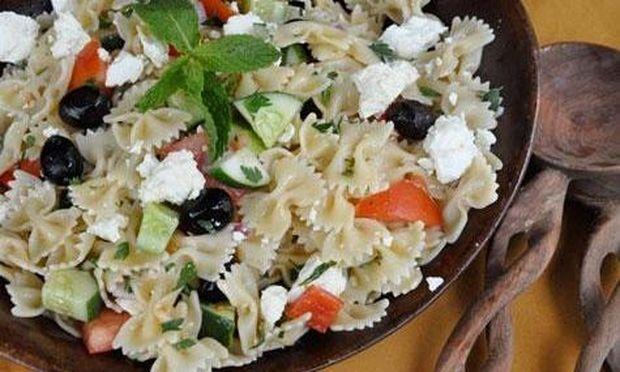 Ελληνική σαλάτα με μακαρόνια