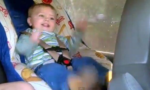 Αστείο βίντεο: Μπόμπιρας «κοπανιέται» στον χορό και κλαίει όταν σταματάει η μουσική!
