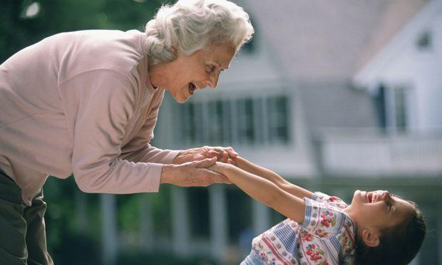 Όταν η γιαγιά το κακομαθαίνει!