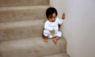 Βίντεο: Η μόλις 15 μηνών Εύα κατεβαίνει τις σκάλες με… τον δικό της τρόπο!