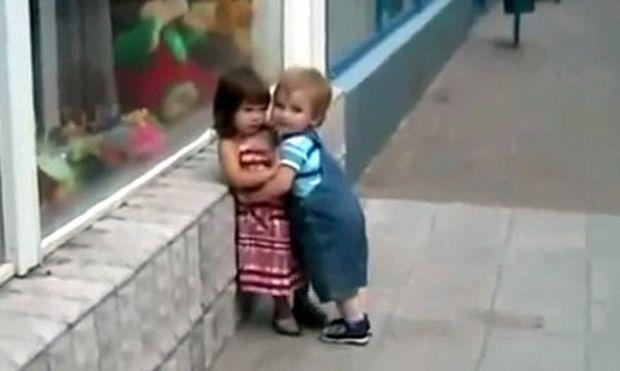 Βίντεο: Λιλιπούτειος έρωτας: Έχει πέσει στον έρωτά της και εκείνη δεν τον θέλει!