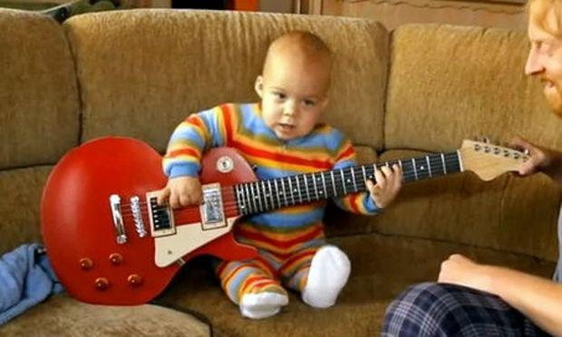 Βίντεο: Δείτε έναν μπέμπη που παίζει… ηλεκτρική κιθάρα!