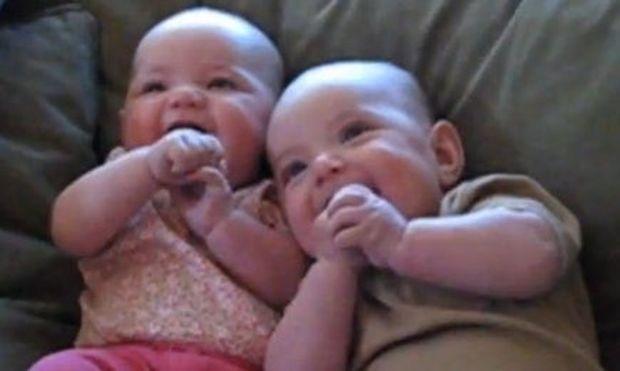 Video: Μάθετε γιατί ξεκαρδίζονται στα γέλια τα δίδυμα κοριτσάκια!