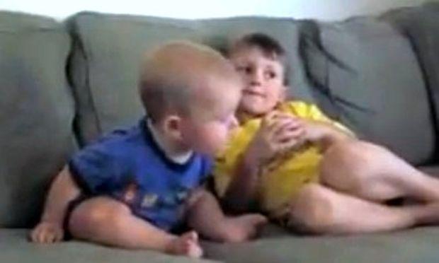 Video: Μπόμπιρας μετά βίας καταφέρνει να μείνει ξύπνιος
