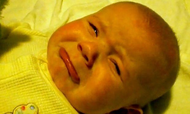 Βίντεο: Μωρό κλαίει γιατί δεν του αρέσει όπως τραγουδάει η μητέρα του!