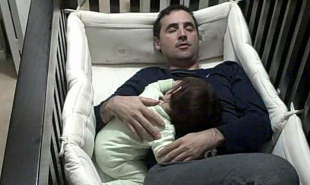 Βίντεο: Απηυδισμένος μπαμπάς μπαίνει στη κούνια του μωρού και κοιμάται!