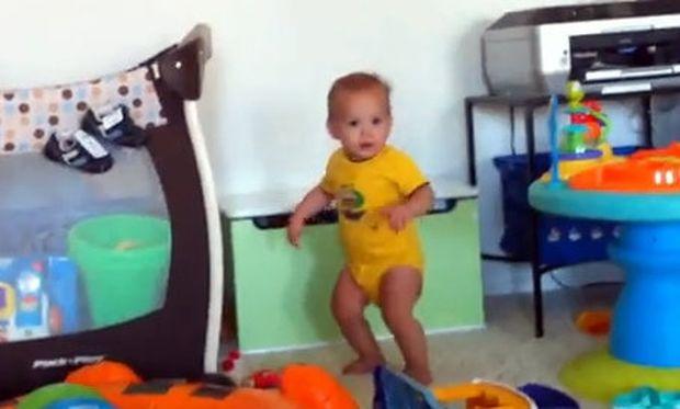 Βίντεο:Πιτσιρίκι ανακαλύπτει τον χορό και τρελαίνεται από χαρά!