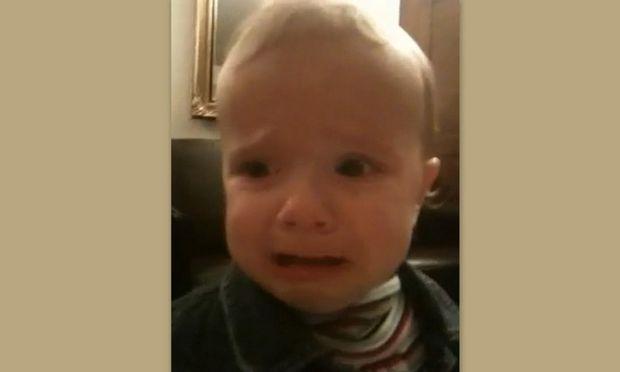 Βίντεο: Κλαίει όταν αρχίζει να τραγουδάει ο μπαμπάς του!