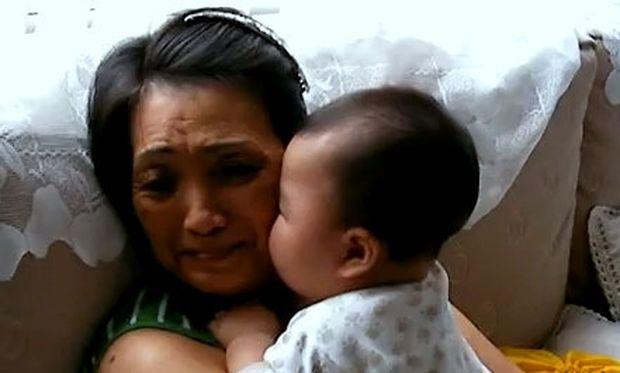 Βίντεο: Επίθεση φιλιών από το μωρό στη γιαγιά του!