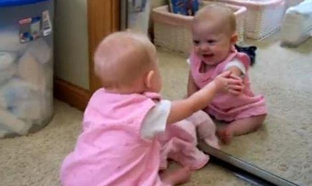 Βίντεο: Πώς αντιδρά ένα μωρό μπροστά σε έναν καθρέφτη