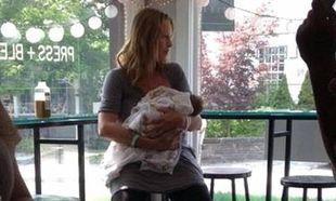 Uma Thurman: Βόλτα με την κόρη της δύο μέρες μετά τη γέννα!