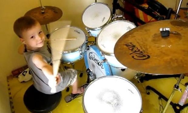 Βίντεο: 5χρονο παίζει ντραμς σαν επαγγελματίας!