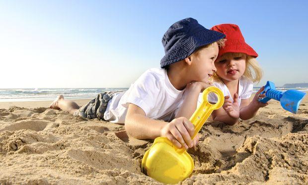 Η πρώτη επαφή του μωρού σας με τη θάλασσα!