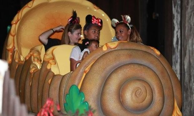 Mel B: Με τα παιδιά της στην Disneyland
