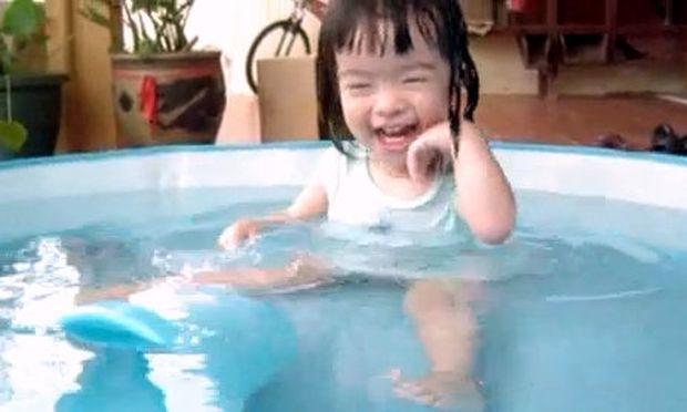 Βίντεο: Ακουμπάει το πρόσωπό της το νερό και ξεκαρδίζεται!