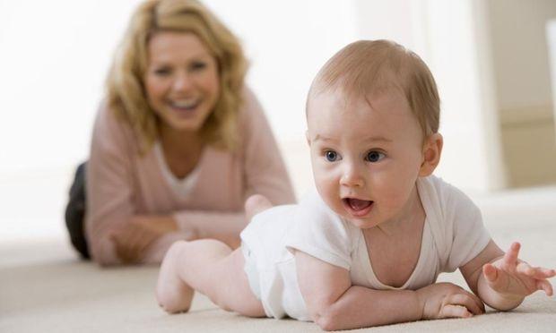 Πράγματα που πρέπει να ξέρετε αν το παιδί σας μπουσουλάει