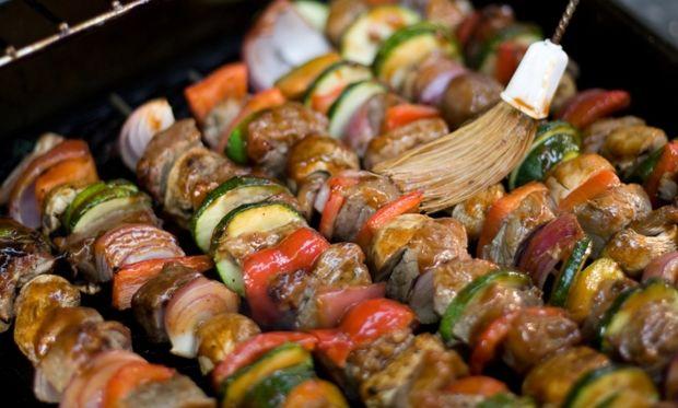 Καλαμάκια με λουκάνικο και λαχανικά