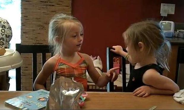 Δυο κοριτσάκια προσπαθούν να πουν τη λέξη popsicle! (Δηλαδή... παγωτό)