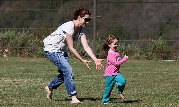 Alyson Hannigan: Παίζοντας στο πάρκο με την κόρη της