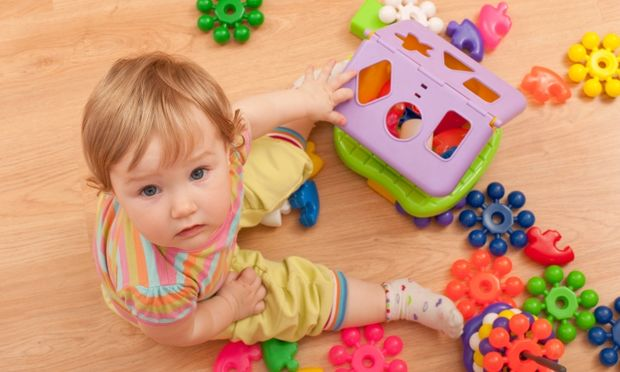 Γιατί το μωρό μου πετάει τα πάντα στο πάτωμα;
